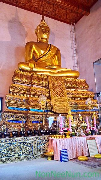 พระพุทธนาคน้อย หรือ หลวงพ่อนาค พระประธานในพระวิหาร เชื่อกันว่าเป็นพระพุทธรูปโบราณคู่กับพระศรีศากยมุนี ซึ่งเป็นพระประธานในพระวิหารวัดสุทัศนเทพวราราม ที่ได้อัญเชิญมาจากสุโขทัย