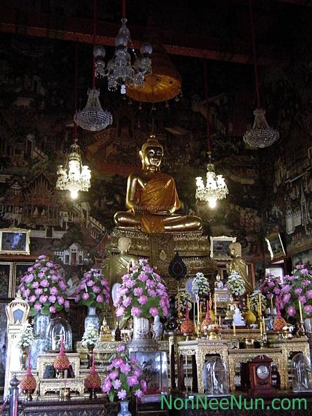 พระประธานในพระอุโบสถ มีพระนามว่า พระพุทธธรรมมิศรราชโลกธาตุดิลก หล่อในรัชกาลที่๒ กล่าวกันว่าพระพักตร์เป็นฝีพระหัตถ์ของพระองค์ เป็นพระพุทธรูปปางมารวิชัย หน้าตักกว้าง ๓ ศอกคืบ และที่พระพุทธอาสน์ขององค์พระประธานยังบรรจุพระบรมอัฐิในรัชกาลที่ ๒ อีกด้วย